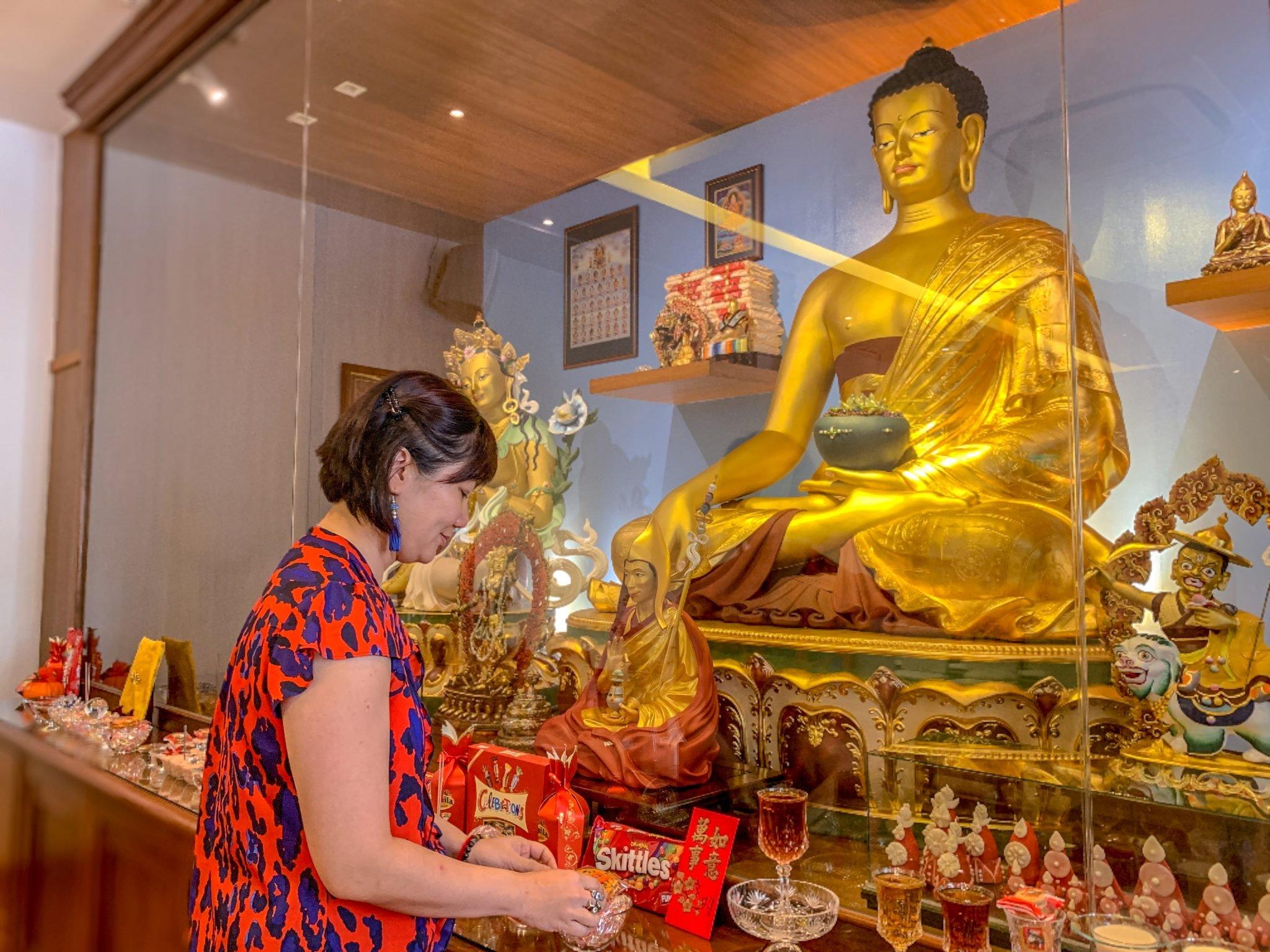 Buddha Statue und Frau in Singapur