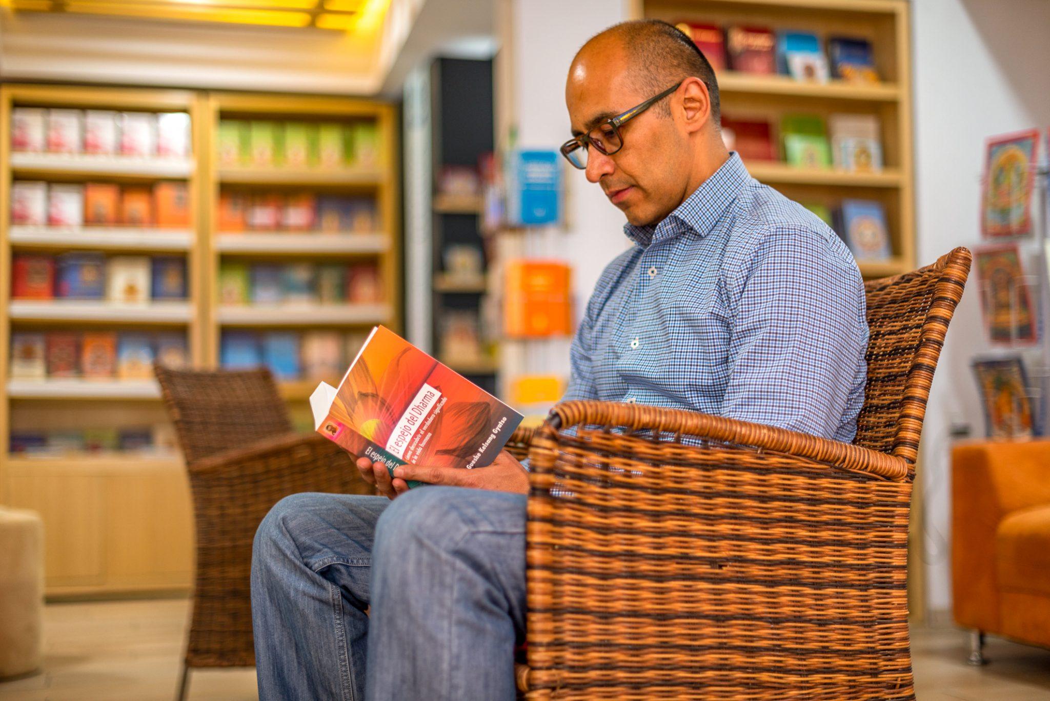 Hombre leyendo El Espejo del Dharma