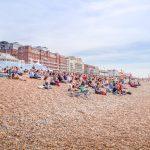 Grupo meditando praia