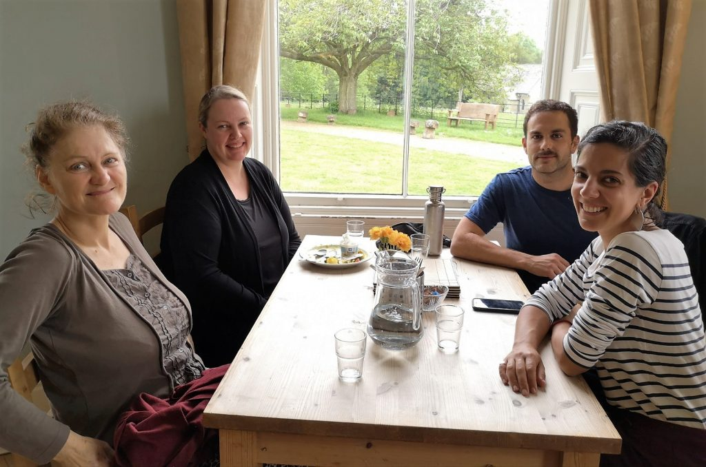 4people smiling Dining-room